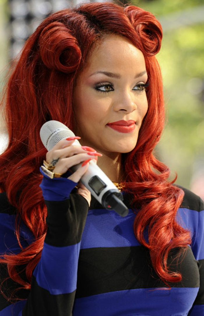 rihanna rote haare rote frisur lange lockige haare lange spitze nägel in roter farbe sängerin
