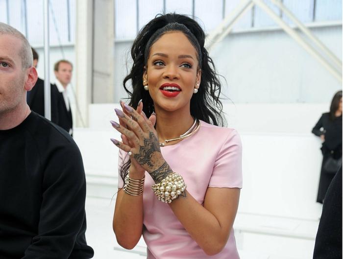 die schöne sängerin mag am besten lange spitzenförmige nageldesigns rosa top perlen armband tattoos
