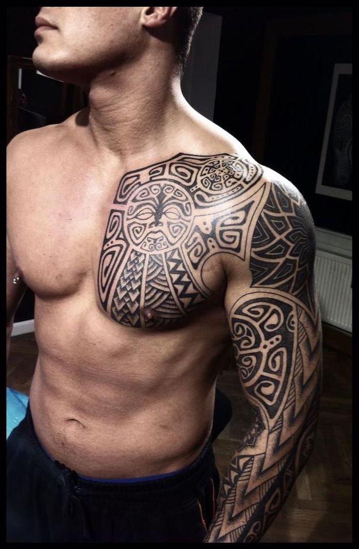 großes nordic tattoo, ärmel, tattooärmel in schwarz und grau, mann