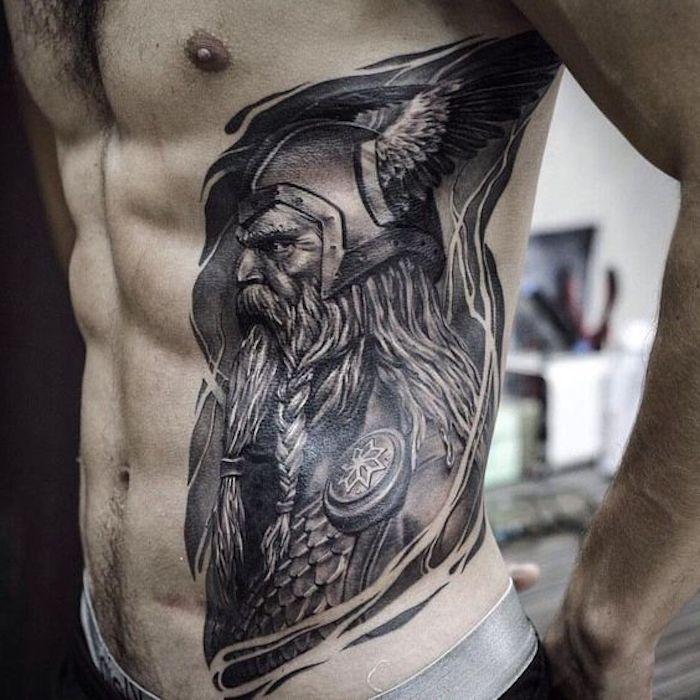 nordic tattoo, mann, tätowierung in schwarz und grau, wikinger