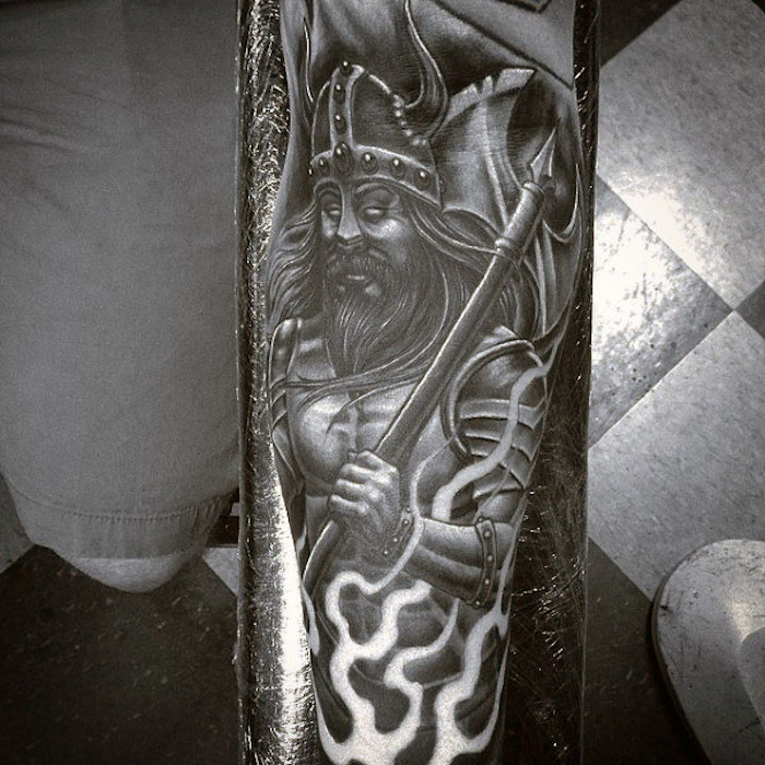 nordic tattoo, wikinger, mit helm und ausrüstung, armtattoo