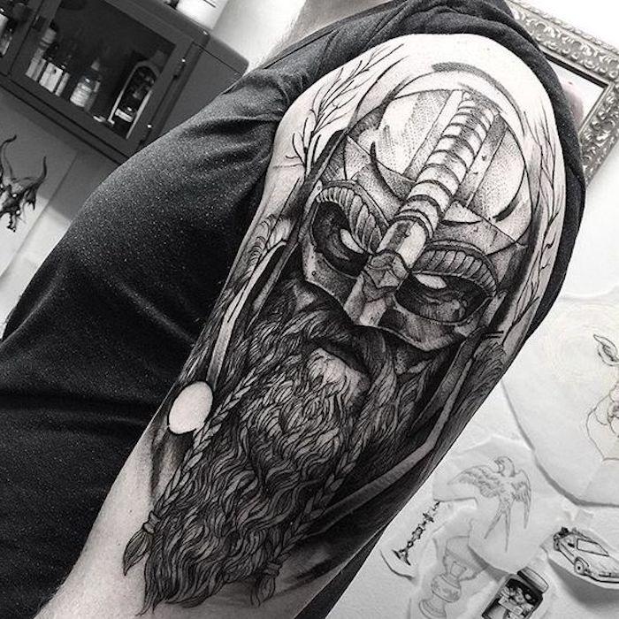 nordic tattoo, graus t-shirt, wikinger mit langem bart und helm