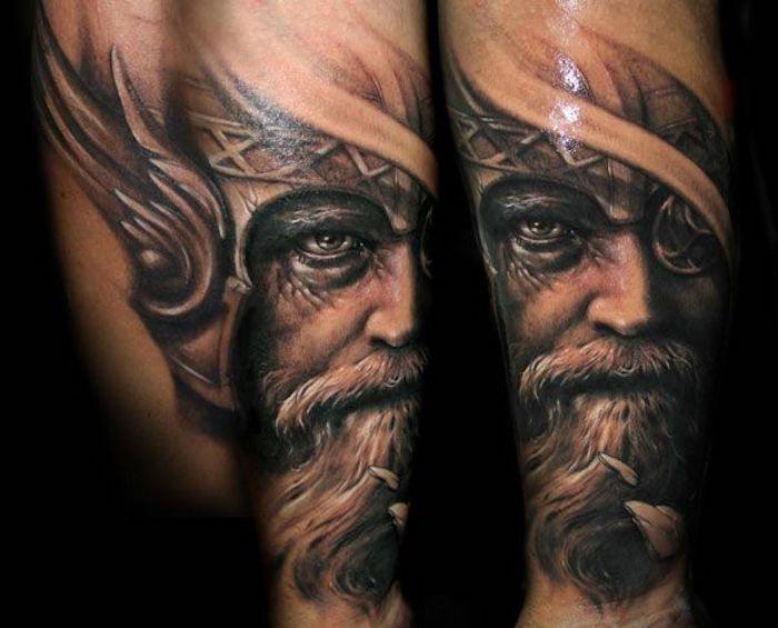 tattoo nordisch, mann, wikiger, helm mit flügeln
