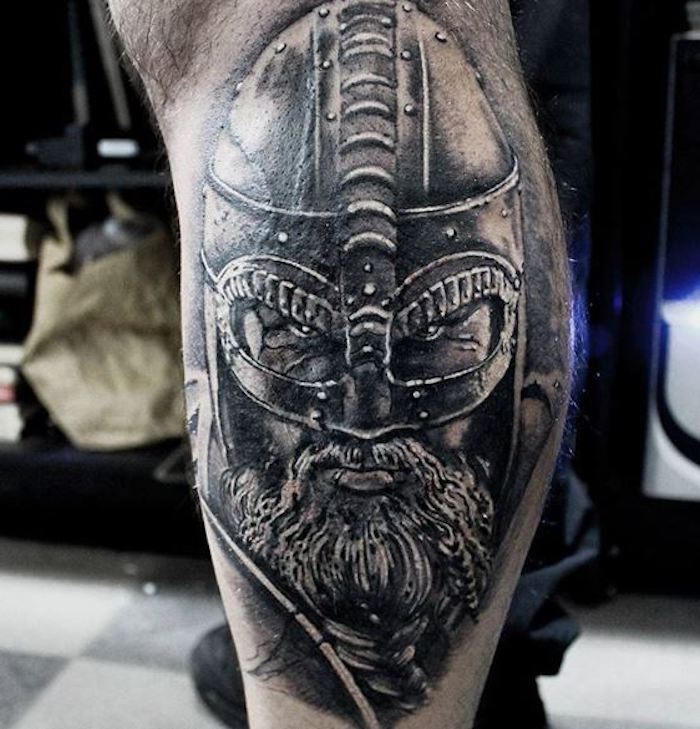 tattoo nordisch, wikinger , helm, bart, bein, beintattoo