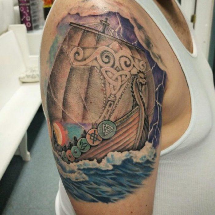 tattoo nordisch, bunte tätowierung, wasserwellen, wasser, schiff