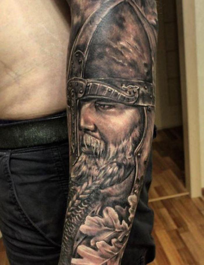 tattoo nordisch, wikinger, mann mit helm, armtattoo