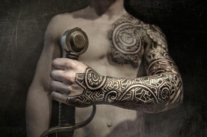 wikinger tattoo, brust, armtattoo, tattooärmel, schwert