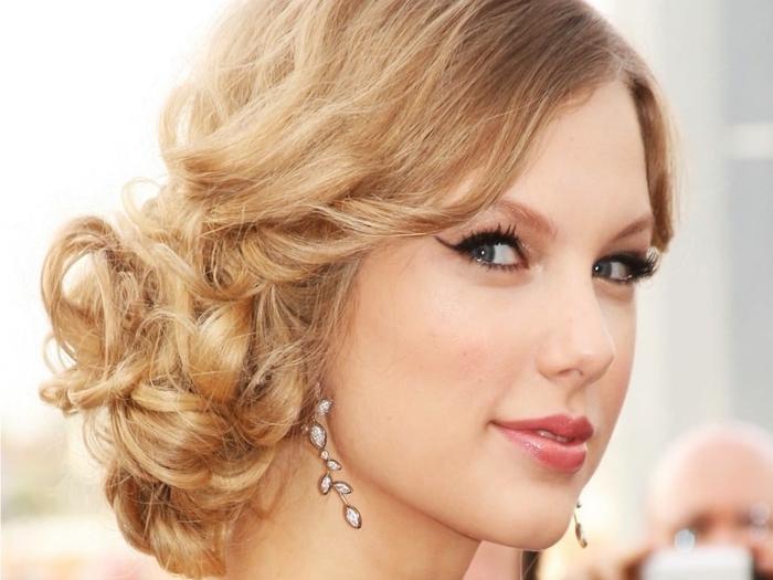 Ombre Look von Taylor Swift sehr verlockendes Blick roter Lippenstift betonte Augen