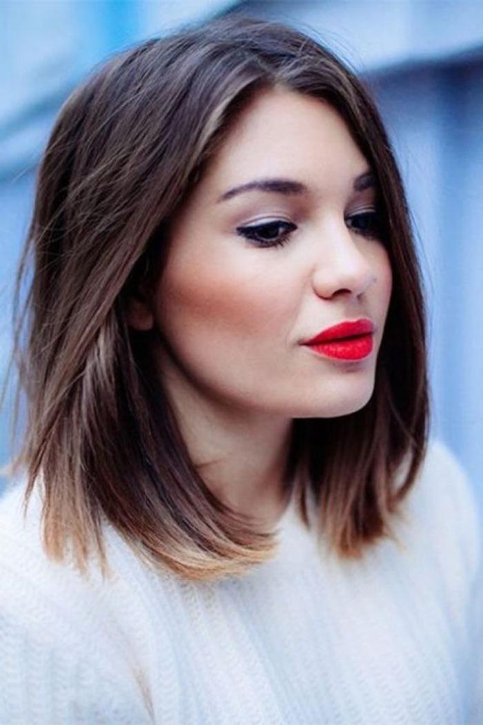 greller roter Lippenstift ausgewachsene Ombre Haare schulterlanges Haar weiße Bluse