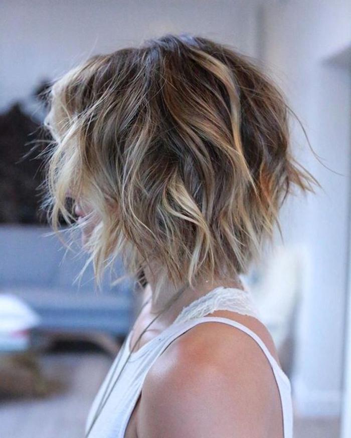 kurze Haare Ombre Haare weißes Kleid, lässige Frisur krausige Haare