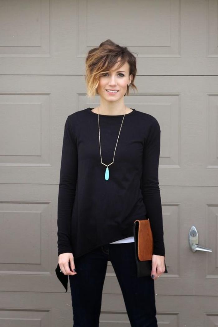 Ombre Strähnen kurze Haare braune Haare schwarze Kleidung eine Kette Leder Damentasche