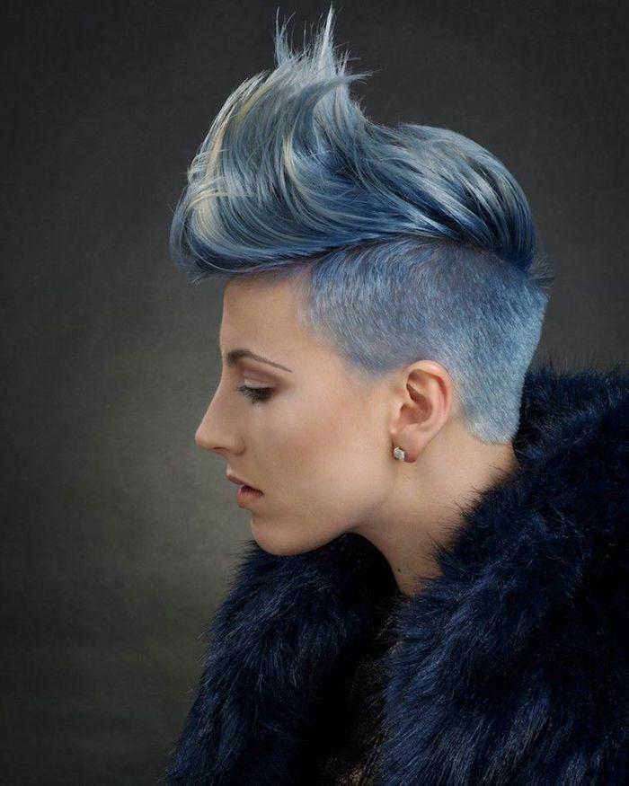 originelle haarschnitte undercut frauen damen mit blauen haaren und flauschigem mante freche frisuren für kurze haare