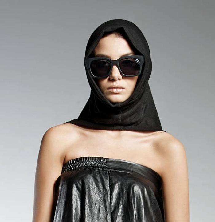 Pendari Fashion, schwarze Kapuze, Kleid aus Ökoleder, stilvoll und extravagant