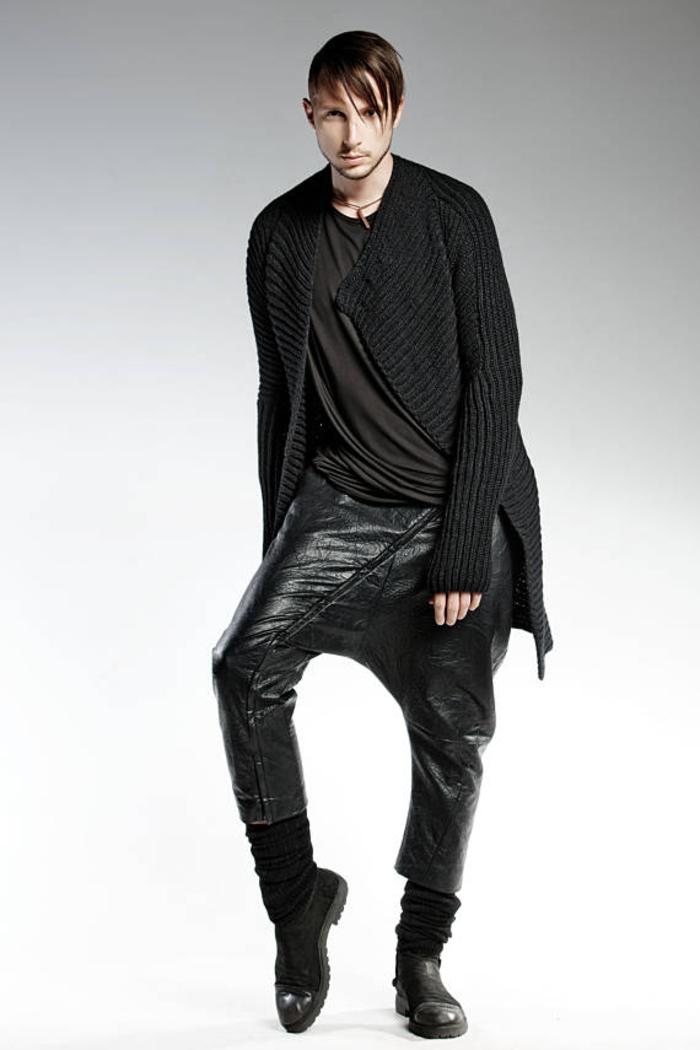 Pendari Fashion, Lederhose mit tiefem Schnitt, kombiniert mit asymmetrischem Cardigan, stilvoll und extravagant