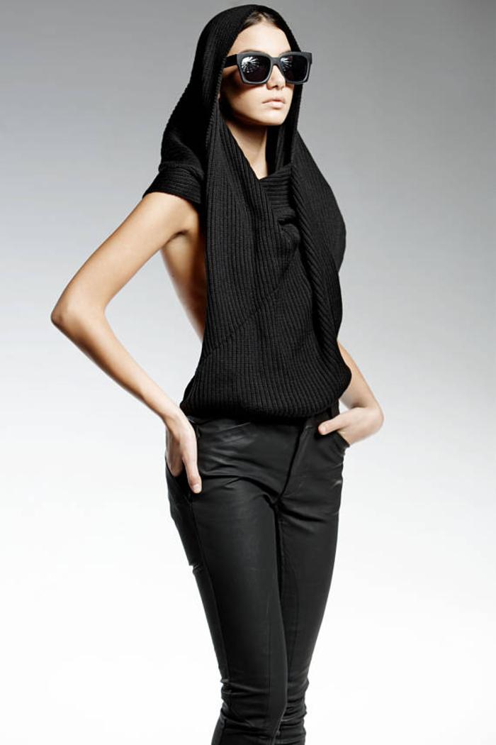 Pendari Fashion, elegantes Top mit Kapuze, kombiniert mit Lederhose, stilvoll und elegant