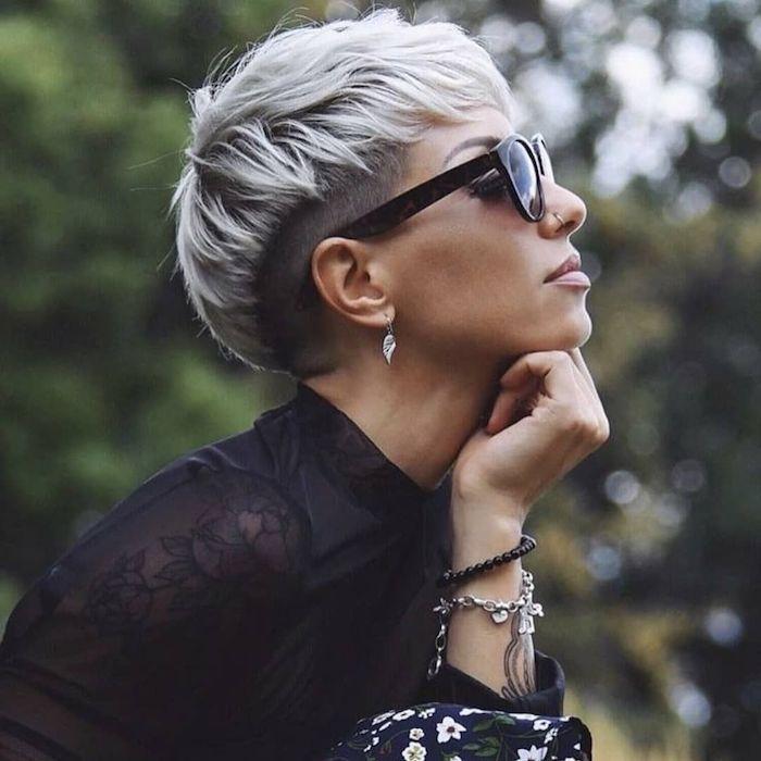 pixi cut blond frisuren für kurze haare damen undercut 2020 schwarze sonnenbrillen stylisches schwarzes outfit accessoires armbände und ohrringe