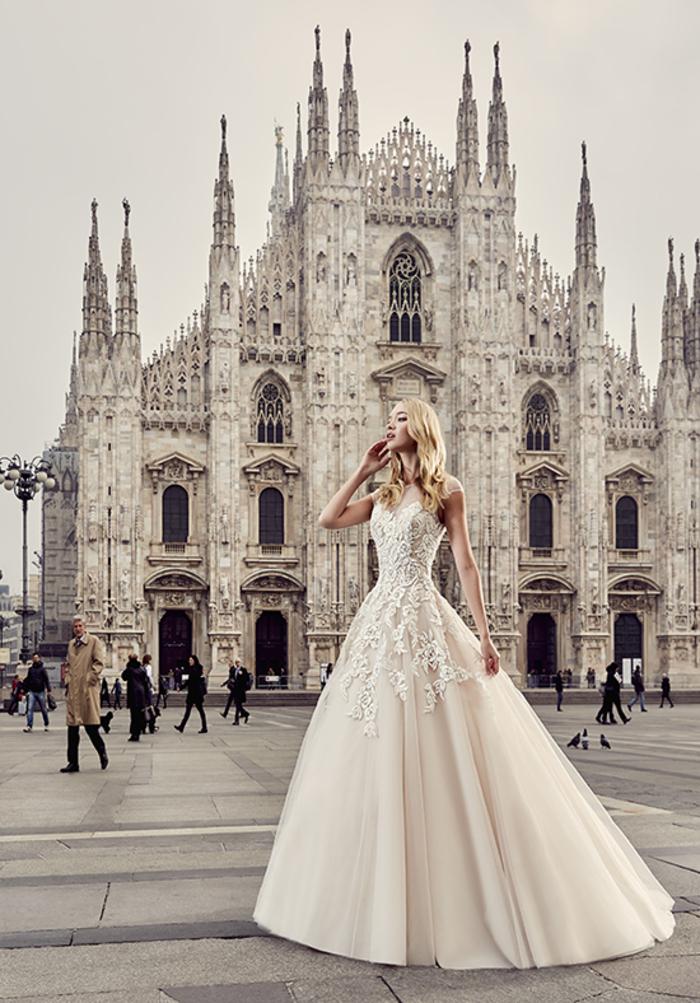 prachtvolles Brautkleid in Cremeweiß, weit und bodenlang, mit Spitzen-Elementen