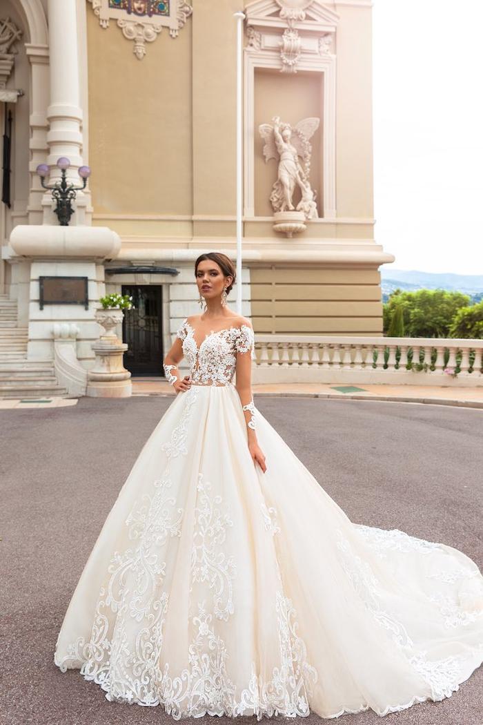 weites Hochzeitskleid mit Spitzen-Oberteil, weiter Schleppe, V-Ausschnitt, kurzen Ärmeln