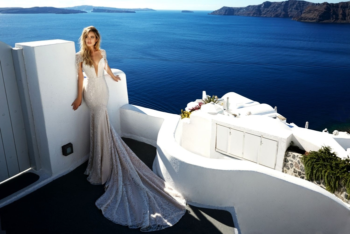 Brautkleid-Meerjungfrau mit langer Schleppe, V-Ausschnitt und kurzen Ärmeln