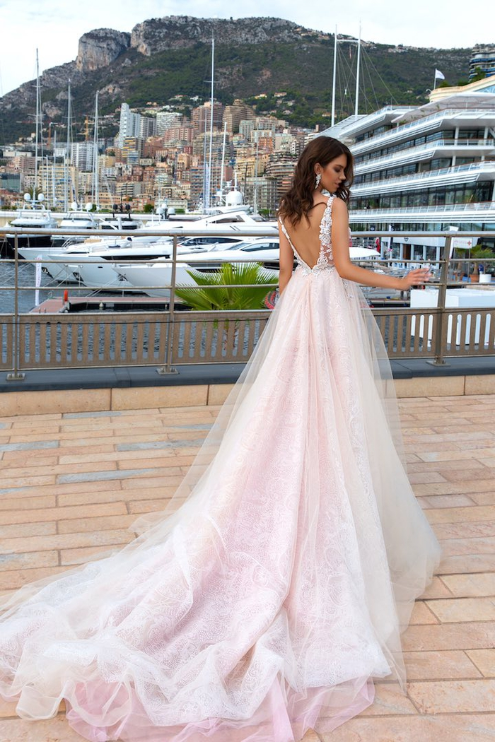 Hochzeitskleid in Hellrosa, rückenfrei, aus Tüll, mit Trägern, mit langer Schleppe