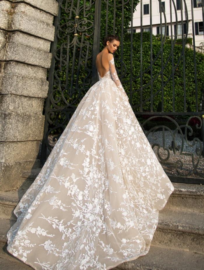 Prinzessinnen Brautkleid mit langer Schleppe, weites Kleid mit langen Ärmeln und tiefem Rückenausschnitt