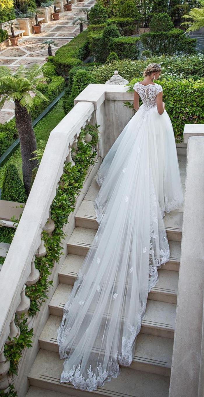 Prinzessinnen Brautkleid mit langer Schleppe, Tüllrock und Spitzen-Oberteil