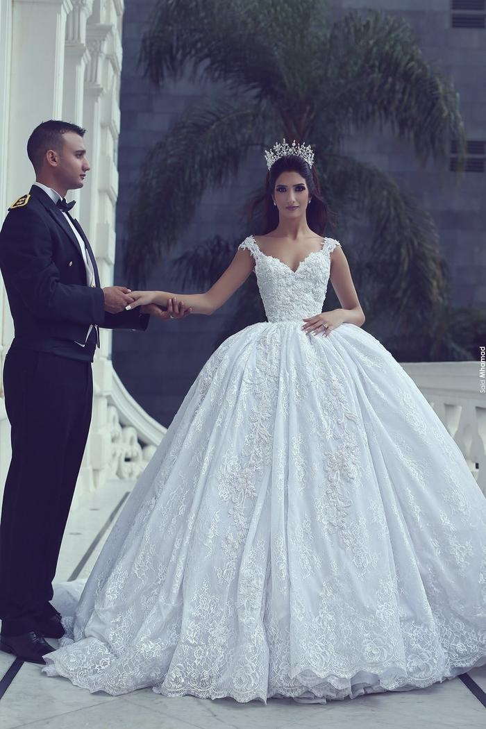 Prinzessinnen Brautkleid, Hochzeitskleid mit V-Ausschnitt und Trägern, bodenlang und weit