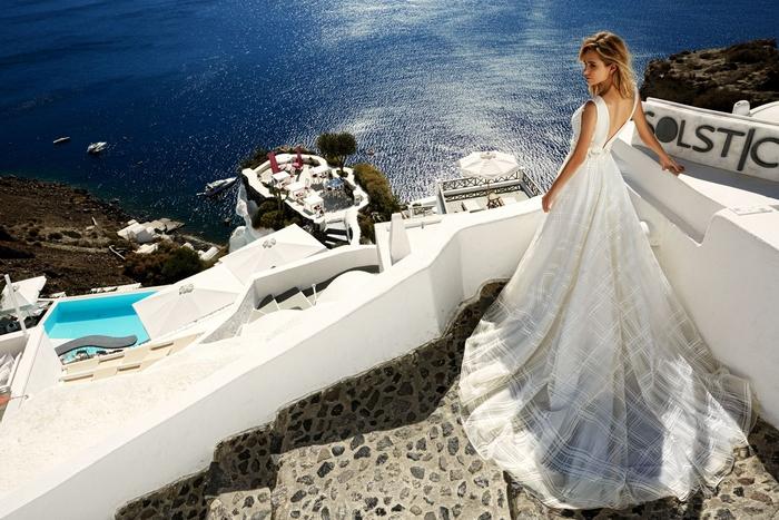 Prinzessinnen Brautkleid, weites Kleid mit tiefem Rückenausschnitt und Trägern, lange Schleppe