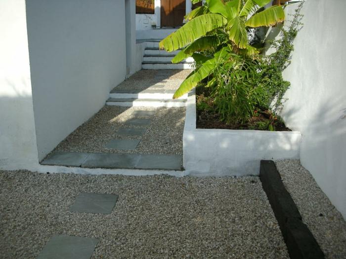 Kies Bodenbeläge und Steine auf dem Pfad, grüne Pflanzen - moderner Vorgarten