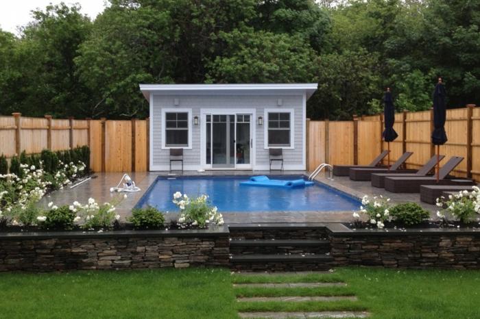 ein winziger Haus mit einem enormen Schwimmbad vorn - moderner Vorgarten