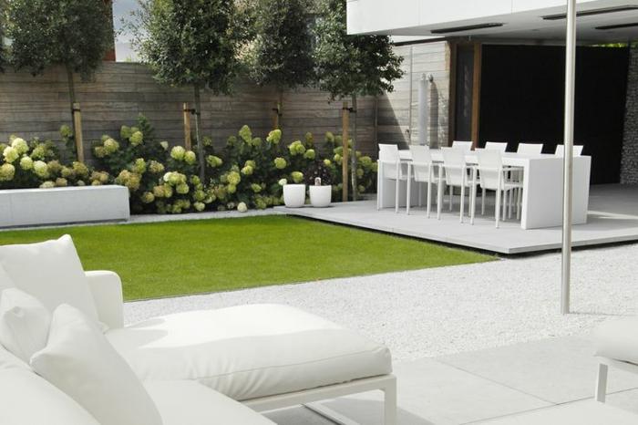 Gartenmöbel, mit den man den ganzen Tag draußen verbringen kann -moderner Vorgarten