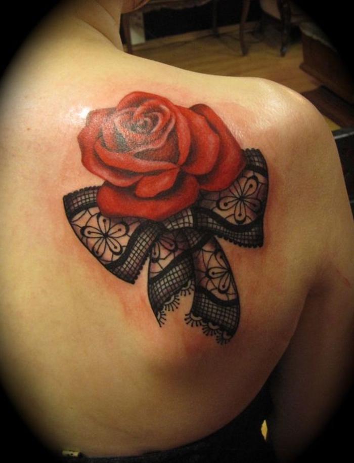 schleife und eine große rote rose - idee für einen roten tattoo auf der schulter einer frau