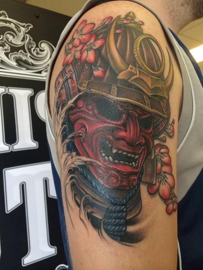 masken tattoo, rote maske, helm, rosa blumen, mann