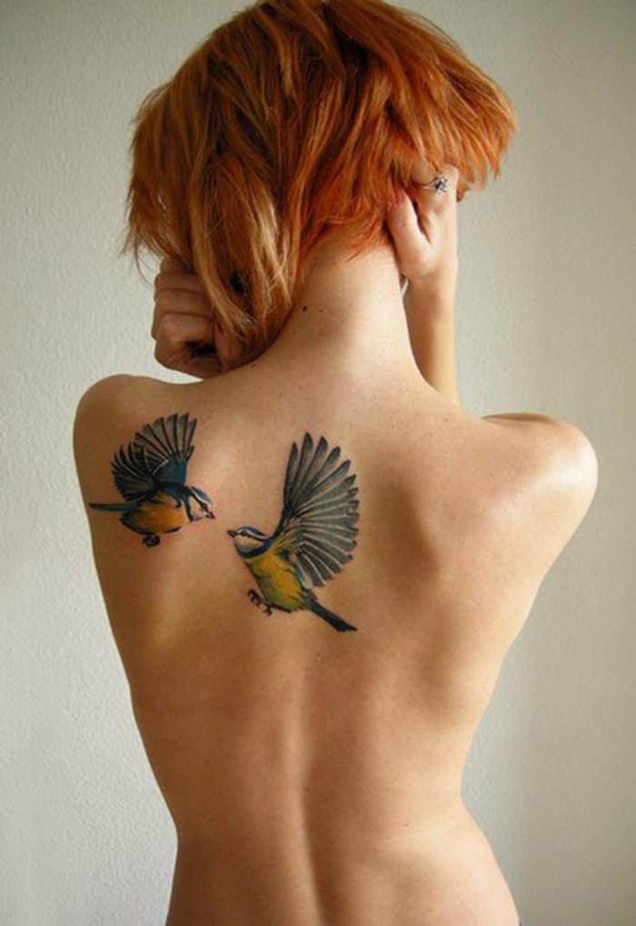 Ideen und Inspiration für farbige Tätowierungen, zwei Vögel, Tattoo am Rücken/an der Schulter