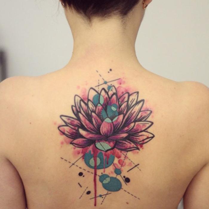 farbiges Tattoo-Motiv, rosa Lotus, grüne Elemente, Vielfalt an Tattoos für jeden Geschmack