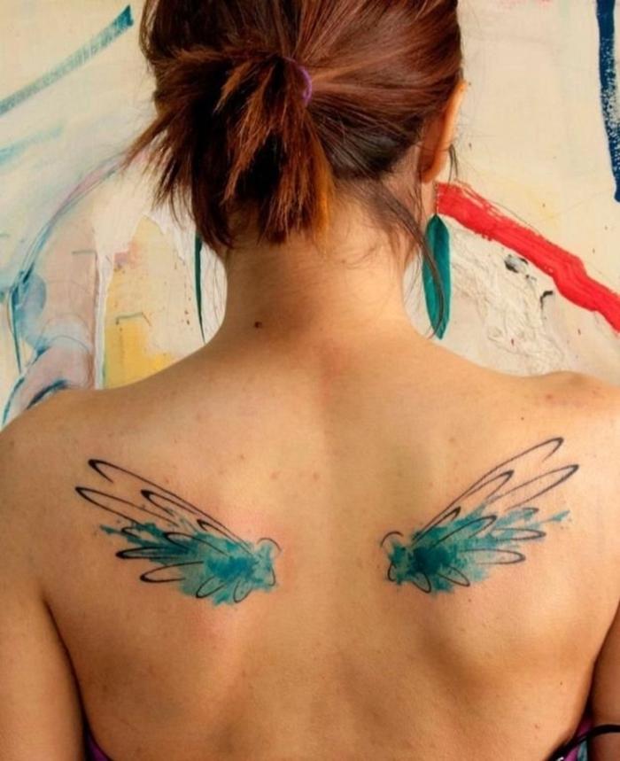 farbiges Tattoo für Frauen, Rücken Tätowierung, kleine Flügeln, schwarz und grün, coole Ideen