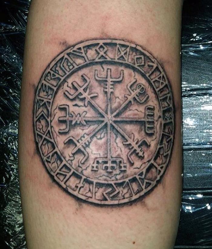 rune tattoos, arm tätowieren, rundes armtattoo in schwarz und grau