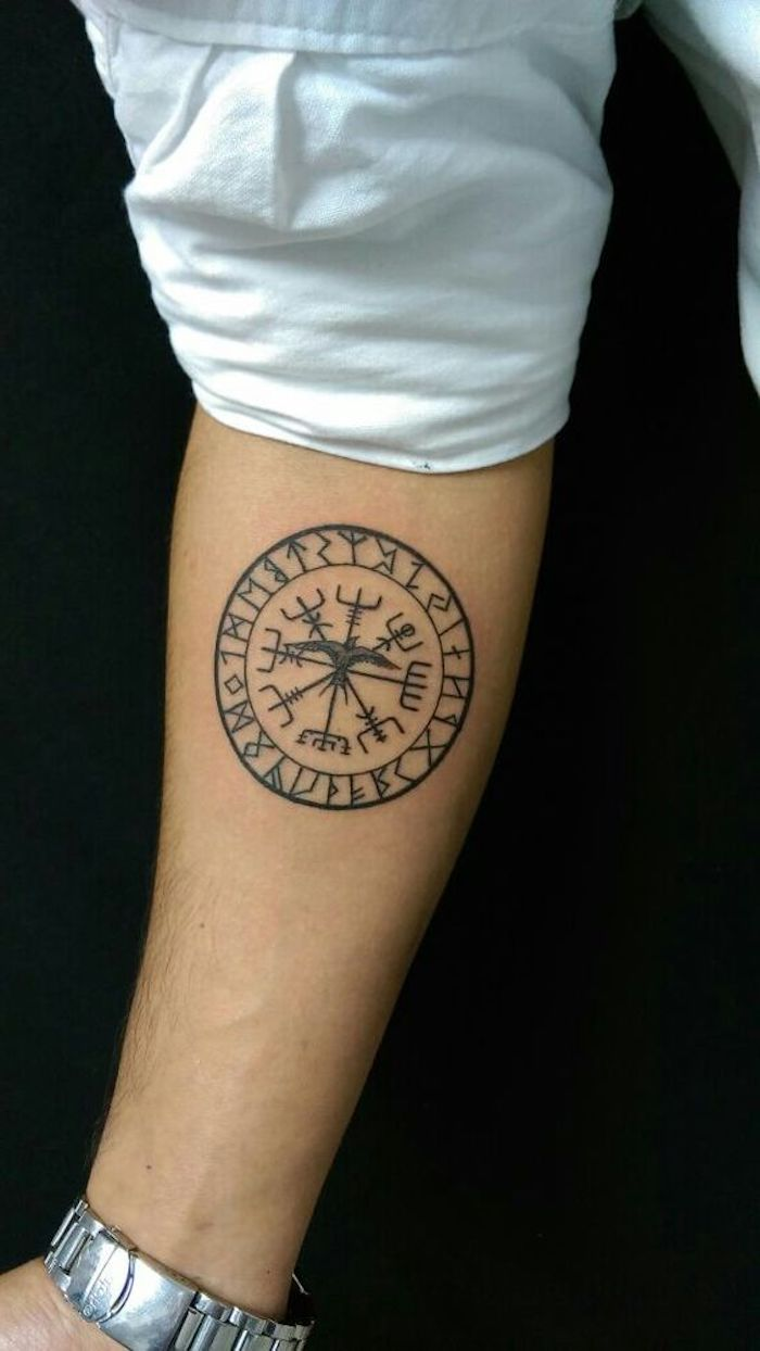 vikings tattoo, weiße bluse, unterarm, unterarmtattoo