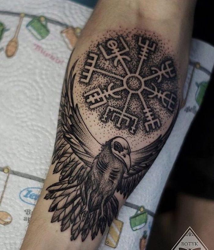 rune tattoos, vogel, kreis, arm, armtattoo in schwarz und grau