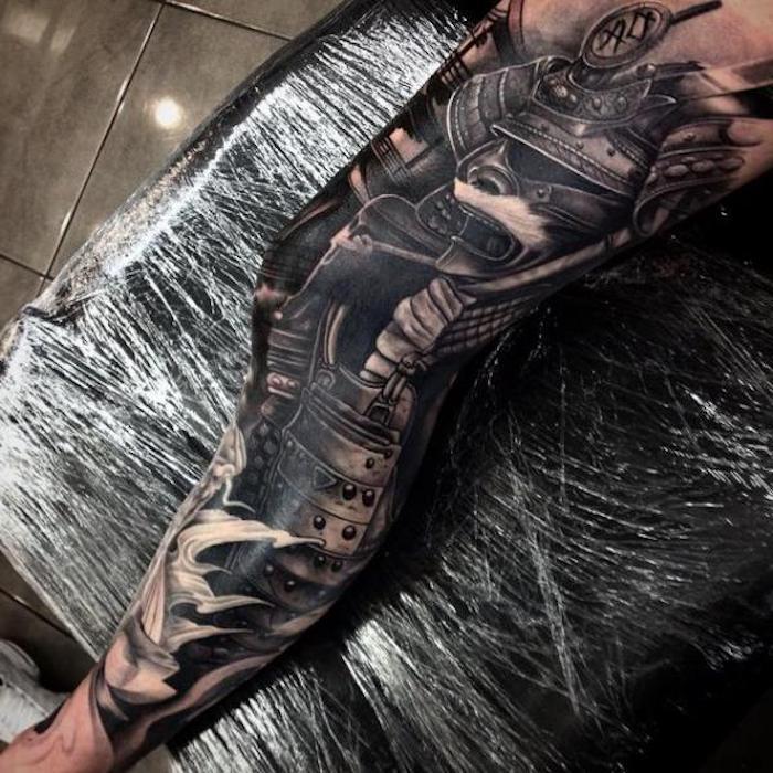 kämpfer tattoo, bein, beintattoo in schwarz und grau, samurai