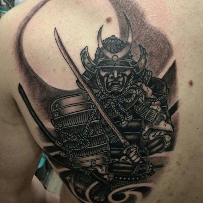 tätowierung in schwarz und grau, katana, samuraischwert, rücken, rückentattoo