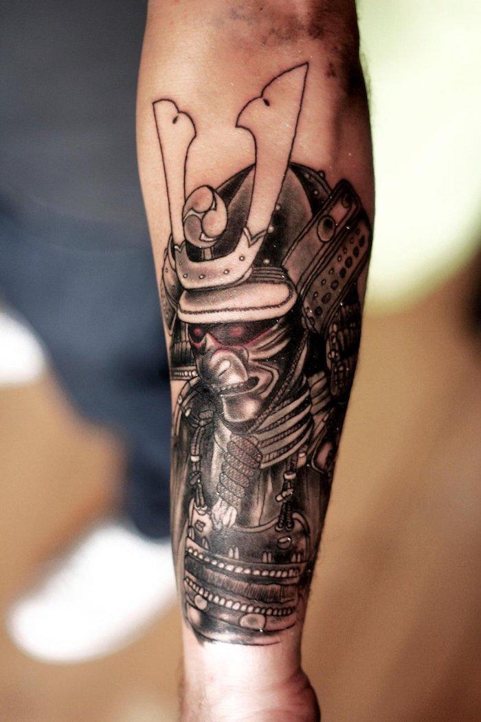 krieger tattoo, arm, armtattoo, maske, helm, rote augen