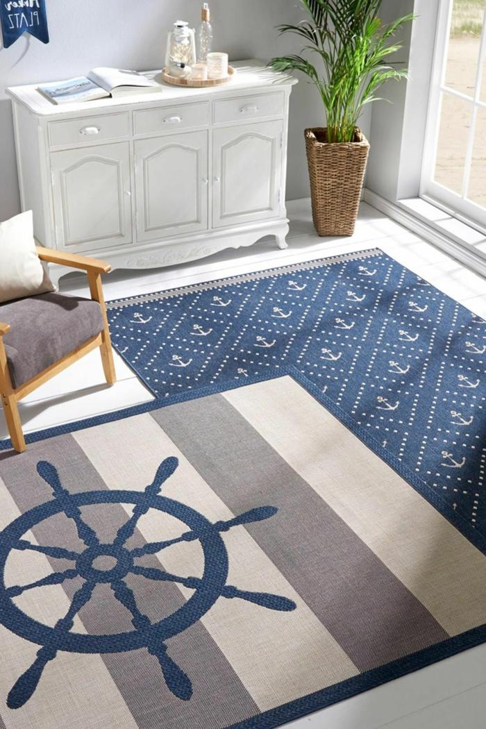 Teppich maritim in blau und grau mit Anker und Ruder, Wohnzimmer Einrichtung, weiße Kommode, Stuhl in grau