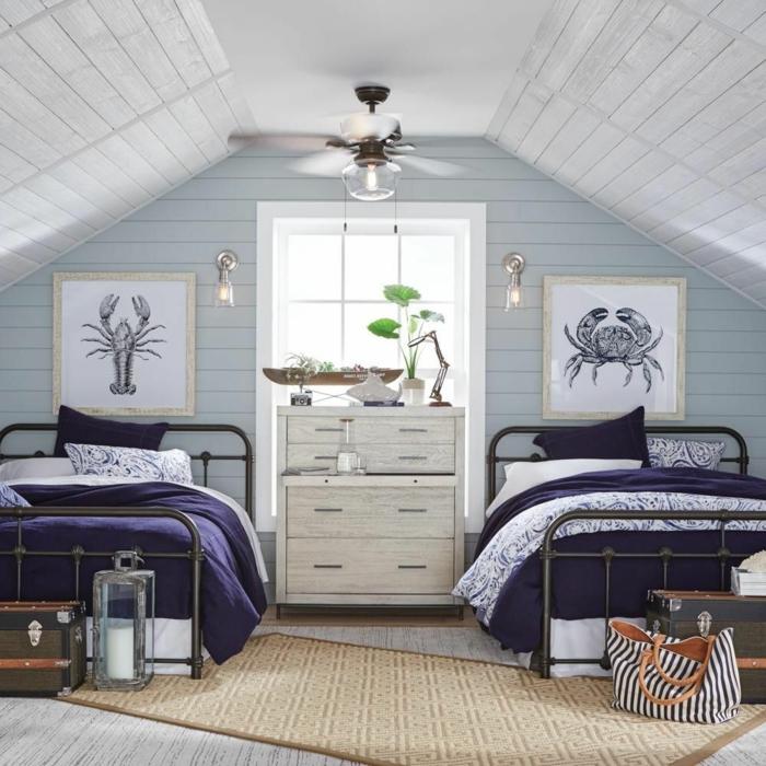 Schlafzimmer mit Dachschräge, maritime Einrichtung, Bilder von Meerestiere, Krabbe und Hummer, weiße Kommode