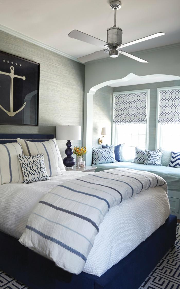 großes Bild von einer Anker, Bett mit weißen Bettwäsche und Kissen mit blauen Streifen, maritime Wanddeko,
