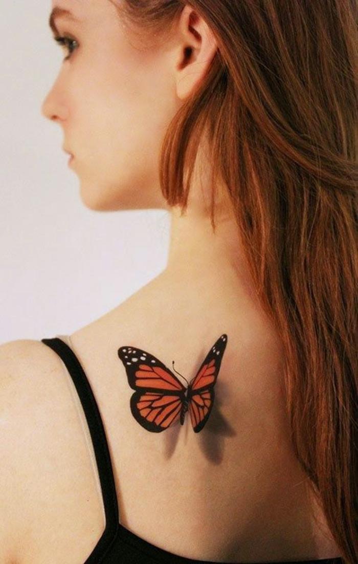 farbiges Tattoo am Rücken, mit Schattierung, Schmetterling, weiblich und beeindruckend