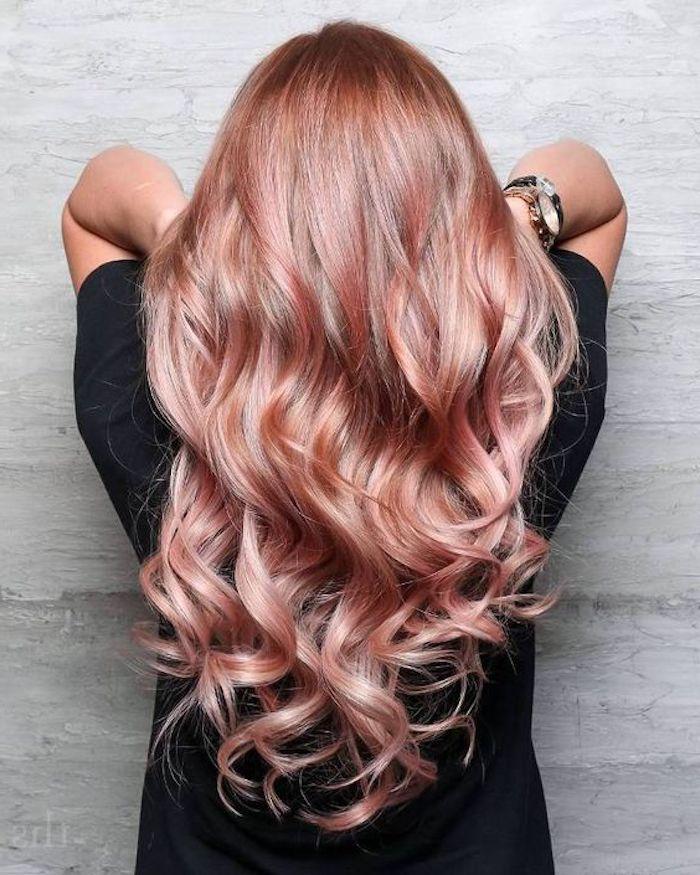 schöne frisuren, schwarzes t-shirt, lange, lockige, rosa haare