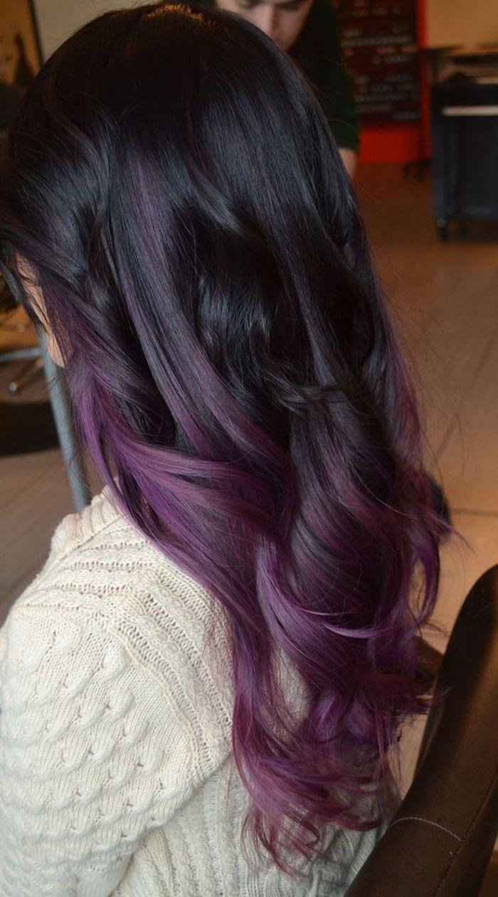 mittellange frisuren, geflocktene bluse, haare in schwarz und lila, ombre effekt
