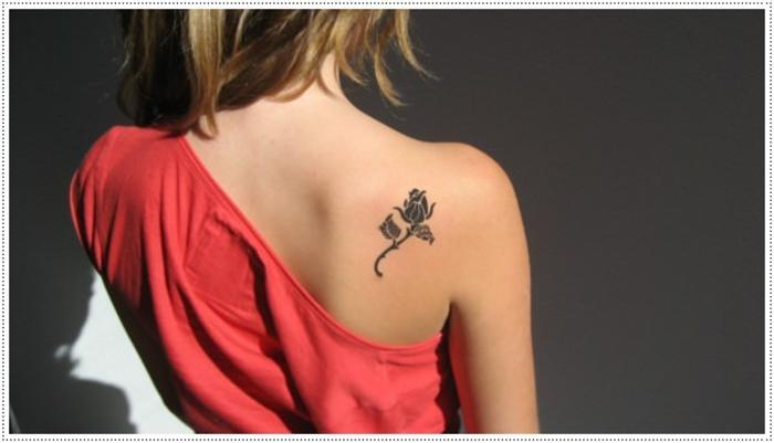 Blumen Tattoos für Frauen, kleine Rose am Rücken/an der Schulter, weibliche Tattoo-Motive, Klassiker