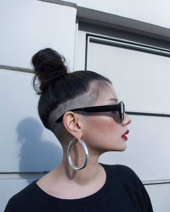 schwarze haare undercut damen lang große silberne kreolen schwarze sonnenbrillen roter lippenstift casual styling
